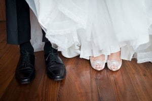 1.mariage-gris-et-rose-chaussures-maries