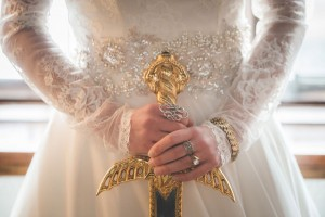 8.mariage-insolite-theme-game-of-thrones-mariee-avec-epee