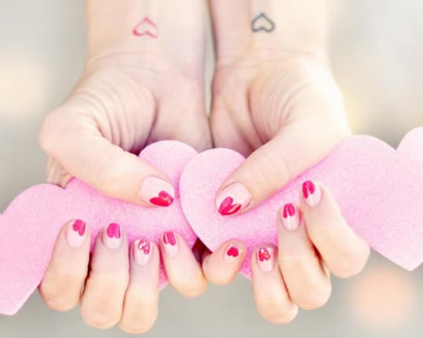 8.nail-art-saint-valentin-rose